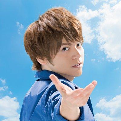 青いシャツを着ている声優の内田雄馬